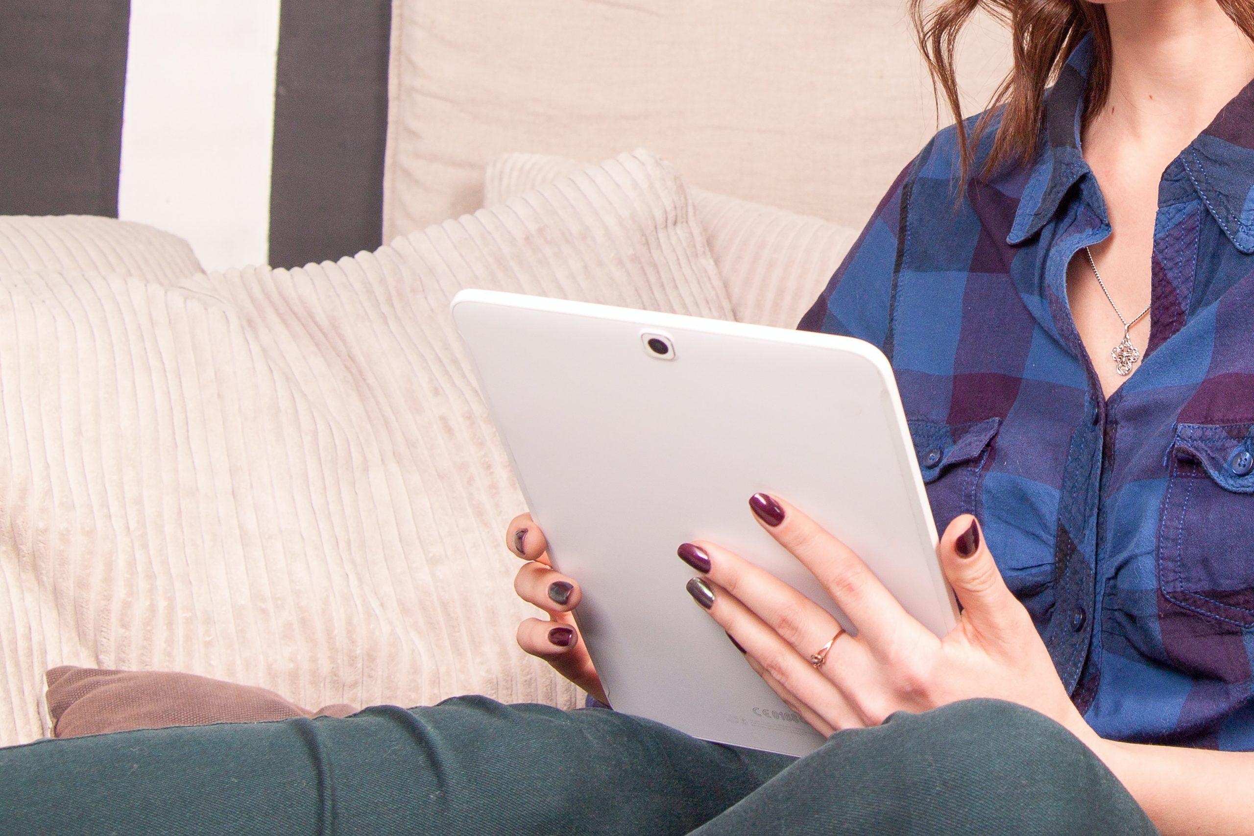 woman_using_tablet